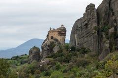 Schöne szenische Ansicht des orthodoxen Klosters in den Griechenland-Bergen Lizenzfreie Stockbilder