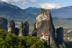 Schöne szenische Ansicht des orthodoxen Klosters in den Griechenland-Bergen Stockfotografie