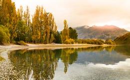 Schöne szenische Ansicht am See mit Reflexion in der Herbstfarbe; NEUSEELAND, IM APRIL 2017 stockfotografie