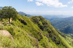 schöne szenische Ansicht von den Bergen bedeckt mit Grünpflanzen und bewölktem Himmel, Asien stockfotografie
