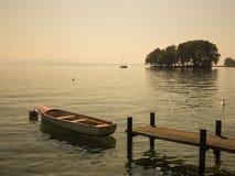 Schöne szenische Ansicht von kleiner Insel, von Boot und von Pier in Genf L Stockfotografie