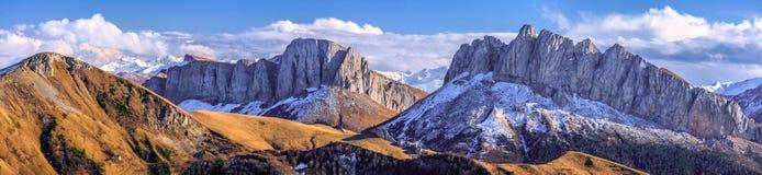 Schöne szenische Herbstlandschaft von majestätischen felsigen Bergspitzen Acheshbok nannte Devil` s Tor umfasst mit Schnee unter  stockbilder