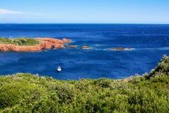 Schöne szenische Küstenlinie auf dem französischen Riviera nahe Cannes, Franc Lizenzfreie Stockfotos