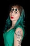 Schöne tätowierte Frau mit dem roten Lippenstift, der Luxusstirnband trägt Lizenzfreies Stockbild