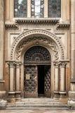 Schöne Tür auf der Fassade eines historischen Gebäudes in Ukraine Stockbild