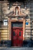 Schöne Tür auf der Fassade eines historischen Gebäudes in Ukraine Lizenzfreie Stockbilder