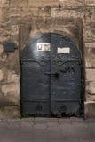 Schöne Tür auf der Fassade eines historischen Gebäudes in Ukraine Lizenzfreie Stockfotos