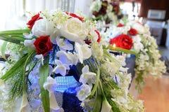 Schöne Tabelle mit Blumen und Kerzen Stockfoto