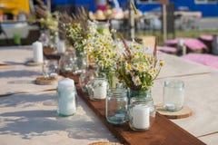 Schöne Tabelle stellte mit Kerzen und Blumen für ein festliches Ereignis, eine Partei oder einen Hochzeitsempfang ein Stockbild