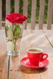 Schöne Tabelle verziert mit Kaffee und Rotrose Stockbilder