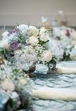 Schöne Tabellenumhüllung mit Blumensträußen Stockfotografie