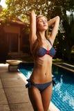 Schöne tan Frau im Bikini ein Sonnenbad nehmend Stockfotografie