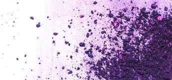 Schöne Tapete der Nahaufnahme des purpurroten Lidschattenpulvers auf weißem Hintergrund, bilden, Zauber, Charme Stockfotografie