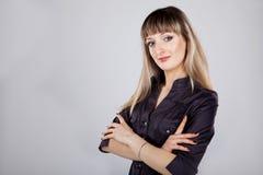 Schöne Tat von den Frauen, die im Studio stehen Stockfotos
