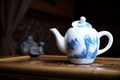 Schöne Teller für eine Teezeremonienahaufnahme auf einem hölzernen Brett mit Statuen Stockfoto