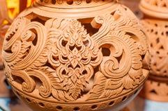 Schöne thailändische Artdesigne auf Tonwaren stockbilder