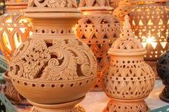 Schöne thailändische Artdesigne auf Tonwaren lizenzfreies stockbild