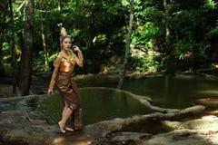 Schöne thailändische Dame im thailändischen traditionellen Dramakleid Stockbild