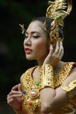 Schöne thailändische Dame im thailändischen traditionellen Dramakleid Stockfoto