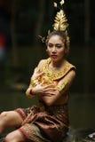Schöne thailändische Dame im thailändischen traditionellen Dramakleid Stockbilder