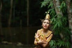 Schöne thailändische Dame im thailändischen traditionellen Dramakleid Lizenzfreie Stockfotos