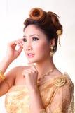 Schöne thailändische Frau des Porträts im thailändischen traditionellen Kostüm Stockfotografie