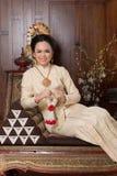 Schöne thailändische Frau, die thailändisches traditionelles Kostüm trägt stockfotos