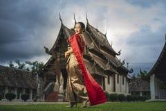 Schöne thailändische Frau mit Trachtenkleid stockfoto