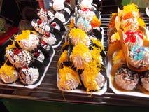 Schöne thailändische Süßigkeit, Straßennahrung, Buddha-Festival, Samutprakarn, Thailand lizenzfreie stockbilder