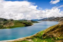 Schöne Tibet-Landschaft im Porzellan-YamdrokTso Lizenzfreie Stockfotografie