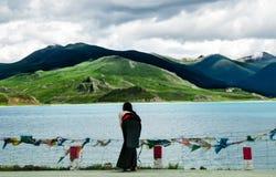 Schöne Tibet-Landschaft im Porzellan-YamdrokTso Lizenzfreies Stockfoto
