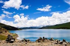 Schöne Tibet-Landschaft im Porzellan-YamdrokTso Stockfoto
