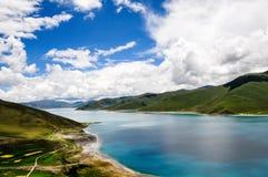 Schöne Tibet-Landschaft im Porzellan-YamdrokTso Stockfotografie
