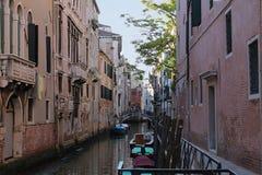 Schöne Tourismusschüsse von Venedig in Italien, das Gebäudekanäle und alte venetianische Architektur zeigt stockbilder