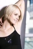Schöne träumerische blonde Frau Stockfotos