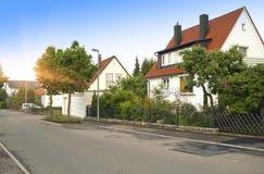 Schöne traditionelle Häuser auf der Straße der kleinen Stadt im Bayern, Deutschland stockbilder
