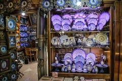 Schöne traditionelle Teller auf dem Markt stockbilder