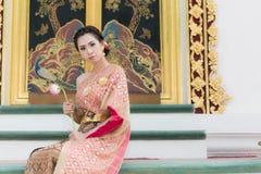 Schöne traditionelle thailändische Kleidung lizenzfreies stockbild