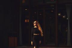 Schöne tragende Sonnenbrillen der jungen Frau Stockfotos