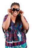 Schöne tragende Sonnenbrillen der schwarzen Frau stockfoto