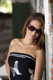 Schöne tragende Sonnenbrillen des jungen Mädchens lizenzfreies stockfoto