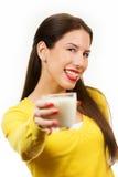 Schöne Trinkmilch der jungen Frau Stockfoto