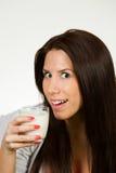 Schöne Trinkmilch der jungen Frau Lizenzfreie Stockfotografie