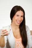 Schöne Trinkmilch der jungen Frau Lizenzfreies Stockbild