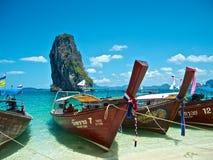 Schöne tropische Landschaft mit thailändischem traditionellem Boot stockbilder