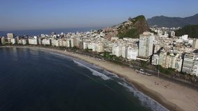 Schöne tropische Strand-Landschaft, Berge, Luxusgebäude in Copacabana-Strand, Rio de Janeiro, Brasilien stock video