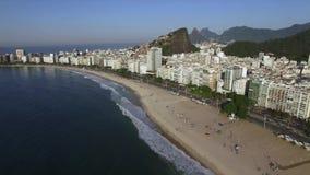 Schöne tropische Strand-Landschaft, Berge, Luxusgebäude in Copacabana-Strand, Rio de Janeiro, Brasilien stock footage
