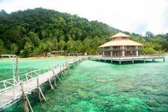 Schöne tropische Strandlandschaft mit hölzernem Pier stockfotos