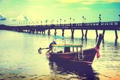 Schöne tropische Strandlandschaft in Thailand-Boot in Meer Adaman stockfotos