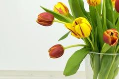 Schöne Tulpen auf Holztisch Konzept des freien Raumes stockfoto